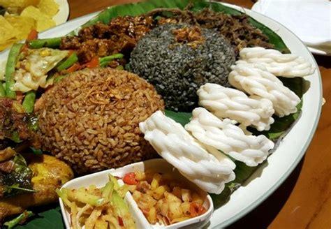makan nasi liwet  kembulan beralas daun pisang bisa