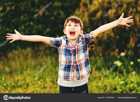 seis aos que cambiaron 8434424002 ni 241 o feliz ni 241 o de 6 a 241 os de edad que se divierten al aire libre con camisa a cuadros azul