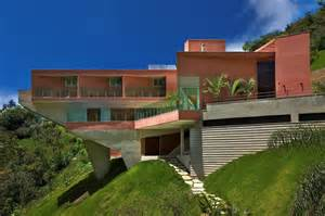 Houses Built On Slopes by Sculptural Concrete House Built On A Steep Slope