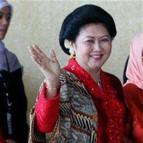 Baju Kebaya Ibu Ani Yudhoyono ibu ani yudhoyono kenang ibundanya yang cinta batik penjahit kebaya 085890548801