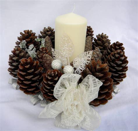 lavoretti con candele centro tavola natalizio con candele e pigne le sap 249 tell