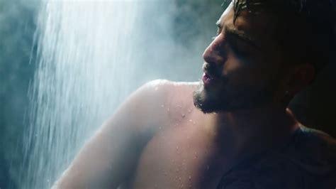uomini sotto la doccia maluma nudo sotto la doccia nel nuovo felices los
