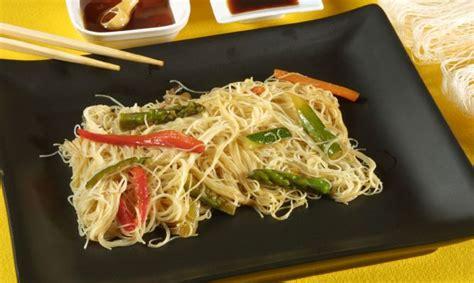 como cocinar fideos de arroz chinos receta de fideos de arroz con verduras y salsa de soja