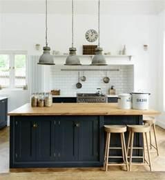 Formidable Idee Peinture Cuisine Grise #6: excellente-suggestion-cuisine-industrielle-cr%C3%A9dence-en-carrelage-blanc-ilot-cuisine-et-facade-cuisine-noirs-tabourets-en-bois-et-suspensions-vintage-industrielles-e1477402278914.jpg