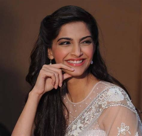 bollywood actress long height actress sonam kapoor s diamond necklace stolen from her