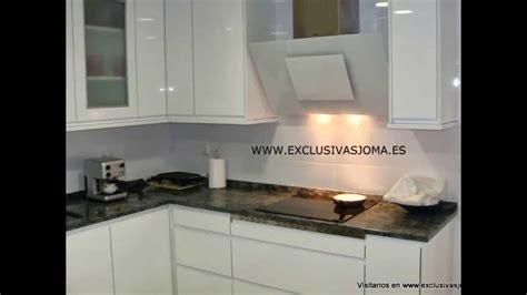 muebles de cocina en blanco alto brillo  tirador unero en blanco encimera granito