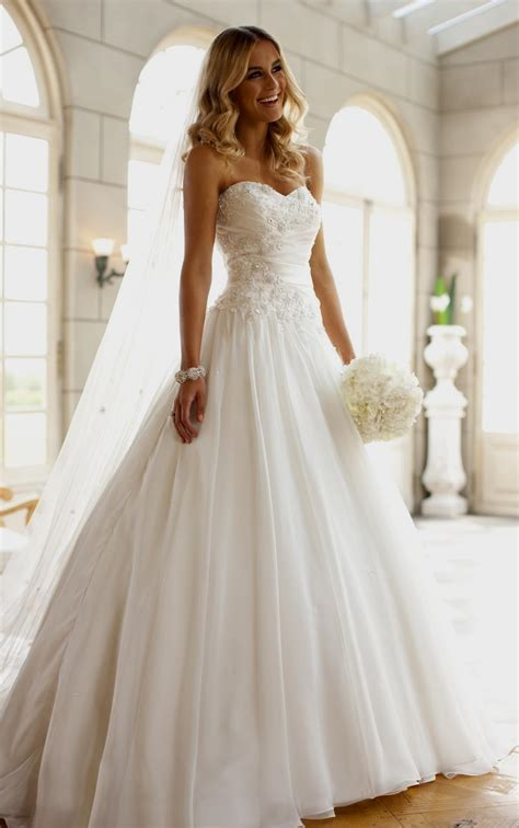 Who Can Wear Strapless Wedding Dresses?   The Best Wedding
