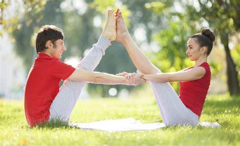 imágenes de yoga con dos personas acroyoga ejercicios de yoga en pareja para celebrar
