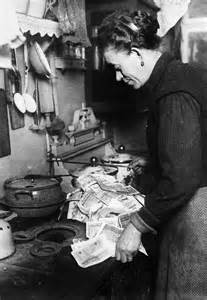 Kitchen Knives London using banknotes as wallpaper during german hyperinflation