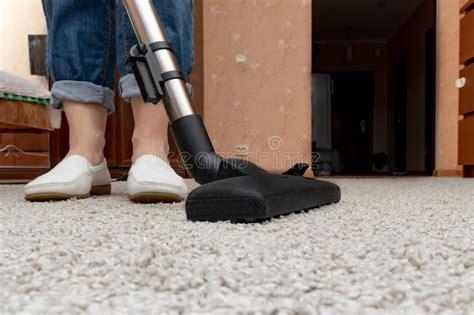 aspirapolvere tappeti pulizia della casalinga con l aspirapolvere fotografia