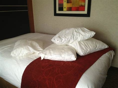 comfort inn pillows the pillows without pillow cases in the first room just