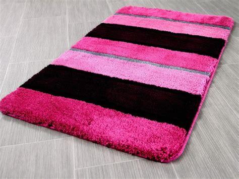 katze pinkelt plötzlich auf teppich badezimmerteppich pink badezimmer