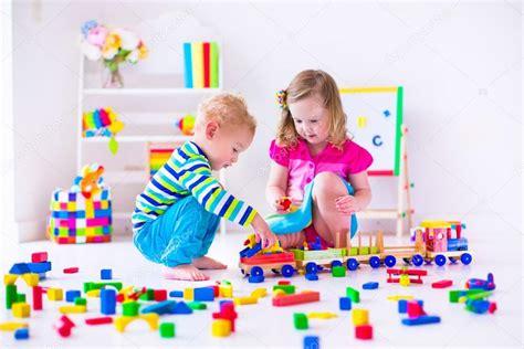 imagenes niños jugando en casa ni 241 os jugando en la guarder 237 a fotos de stock