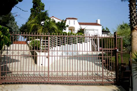 charles manson house 10 murder houses people still live in murder house real estate oddee