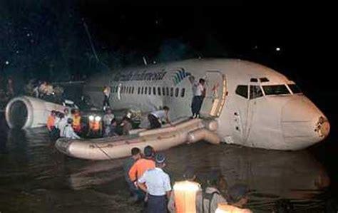 vol interieur indonesie accident d un boeing 737 de la compagnie garuda indonesia