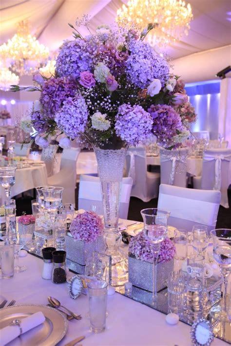 dekoration lila tischdeko mit hortensien edle hochzeitsdeko mit blumen