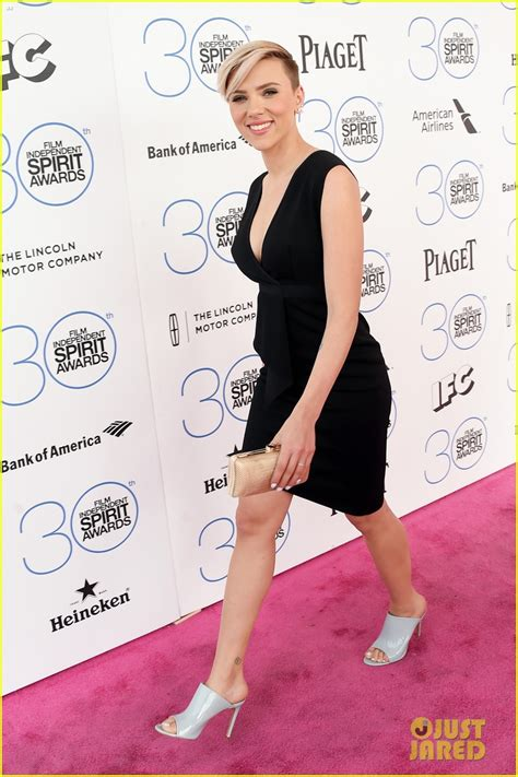 Goes For Black Accessories The Awards by Johansson Rocks A Chic Lbd At Spirit Awards 2015