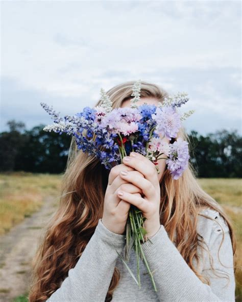 easy instagram photo picture idea girl field wildflowers