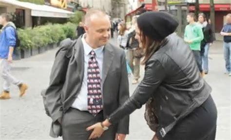 ver videos de mujeres culiamdo con vergas jigantes una mujer toca el pene a un hombre por la calle foto
