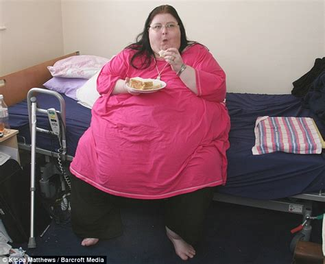 how to comfort a girl on her period eating herself to death the 42stone 42 year old woman who