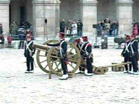 Canon 1 3og mise en batterie d un canon de 8 livres dans la cour d
