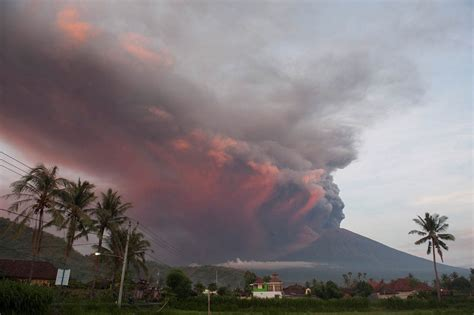 batik air gunung agung volcano eruption shuts bali airport stranding tens of