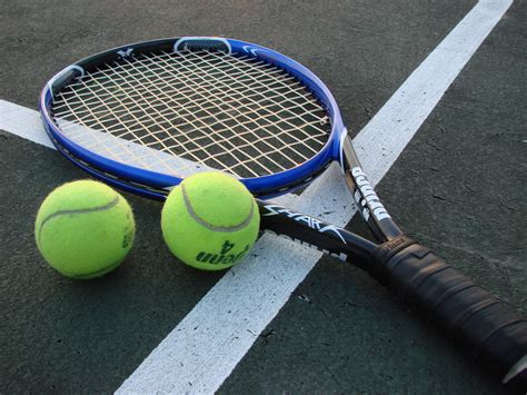 raket tenis file tennis racket and balls jpg