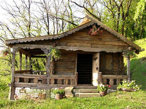 verande cer din lemn vechi construite de un me陌ter din sighet