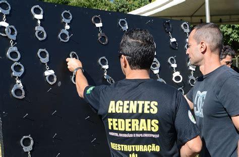 reajuste para a pmdf pf brasil melhor policiais federais penduram algemas em protesto por