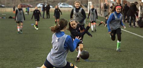 imagenes de niños jugando handball fotos ni 241 as contra ni 241 os jugando al f 250 tbol y ganando