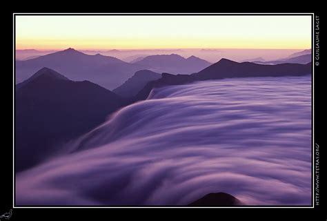 le crepuscule de la devoluy une mer de nuages se deverse sur le haut buech