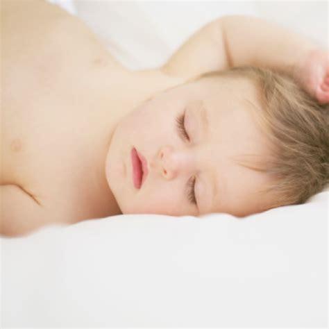 baby überstreckt kopf beim schlafen endlich ruhige n 228 chte so lernt ihr baby schlafen