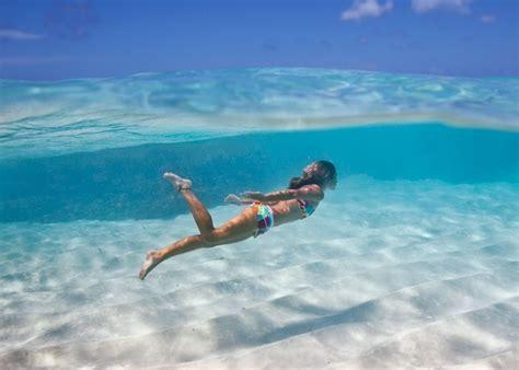 imagenes mujeres nadando consejos para nadar en la playa
