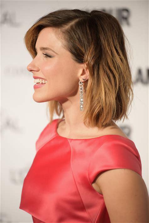 womens bush cut sophia bush medium wavy cut shoulder length hairstyles