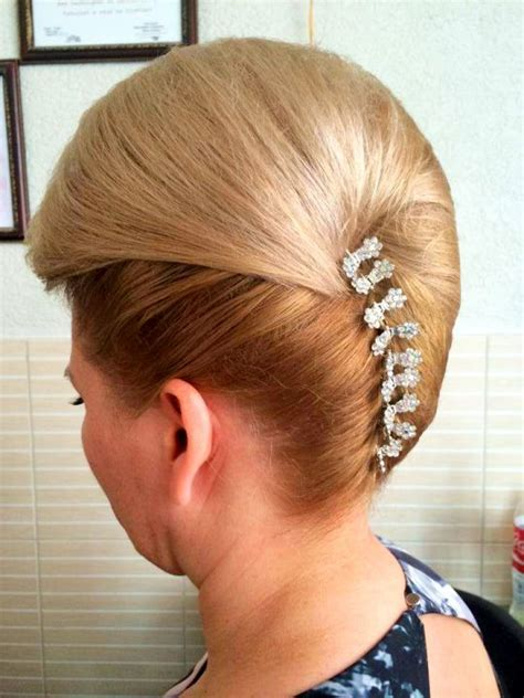 updo hairstyle sissy chignon banane avec ornement arriere chignons