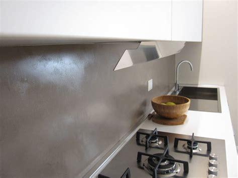 piastrelle rivestimento cucina tra basi e pensili in cucina lineatre kucita gli