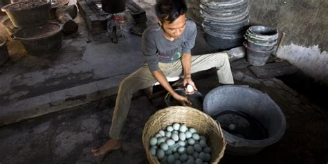 pembuatan telur asin asap gurih dan nikmatnya telur asin khas brebes kompas com