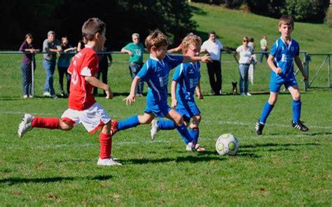 imagenes niños jugando al futbol jugar al f 250 tbol en la ni 241 ez un buen m 233 todo para prevenir