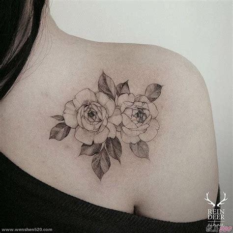 女子右后肩上的两朵漂亮的花纹身图案