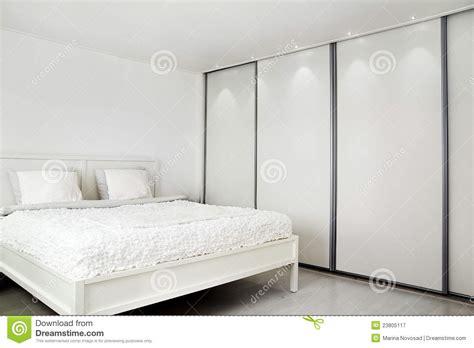 wandschrank schlafzimmer schlafzimmer bett und ein wandschrank lizenzfreie