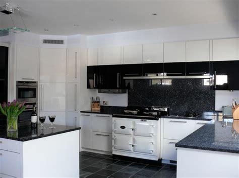 cuisine blanche et noir cuisine blanche avec plan de travail noir 73 id 233 es de