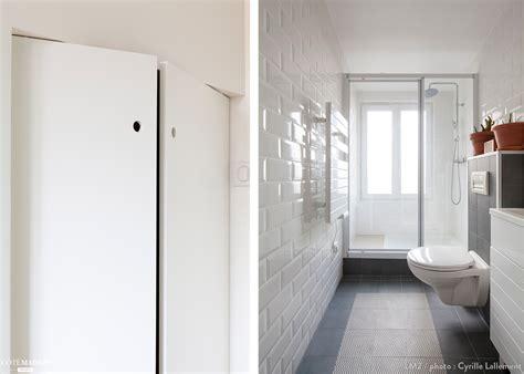 une salle de bains moderne tout en longueur avec