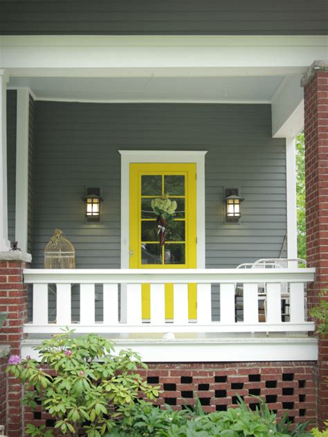 Best Front Door Color For Selling A House Home Selling Hacks For The Outside Of Your House Look Amazing Express Homebuyers Buys Homes