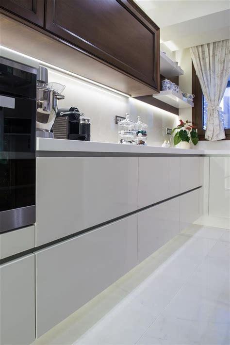 kücheninsel wood top μοντέρνα κουζίνα με ντουλάπια από λευκό ακρυλικό με