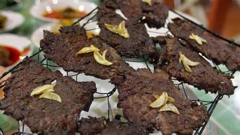 Beras Payo daging sapi direndam air kelapa dipukul pukul dibakar