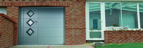 porte de garage basculante avec porte porte de garage basculante avec hublots et portillon int 233 gr 233