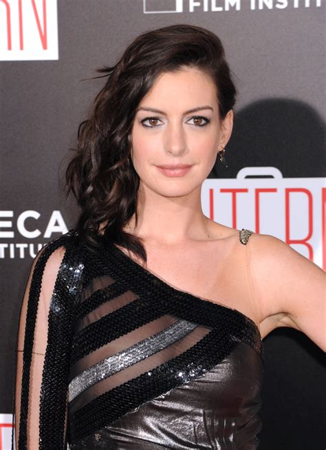 anne hathaway suffers a wardrobe malfunction at the intern