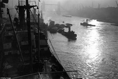 thames river pollution history eerie photos show london in grip of smog in early 20th century