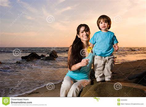 hijo ve a su mama dedearse mama e hijo en la playa 2 foto de archivo imagen 5022260