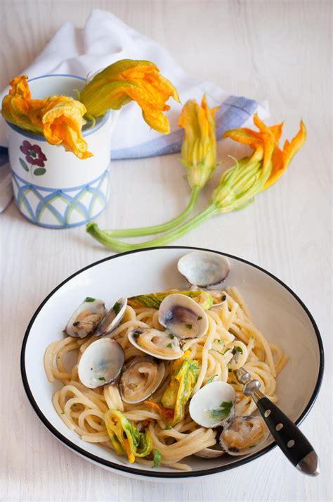 fiori di zucca e vongole spaghetti con vongole e fiori di zucca immagine 328822